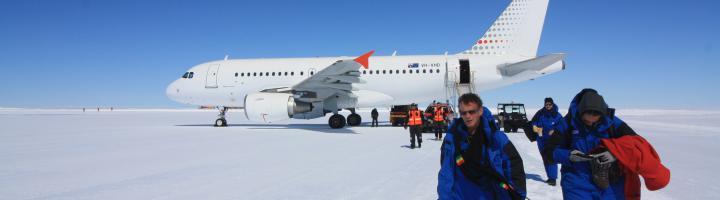 L'Airbus A319 débarquant ses passages à l'aérodrome de Wilkins